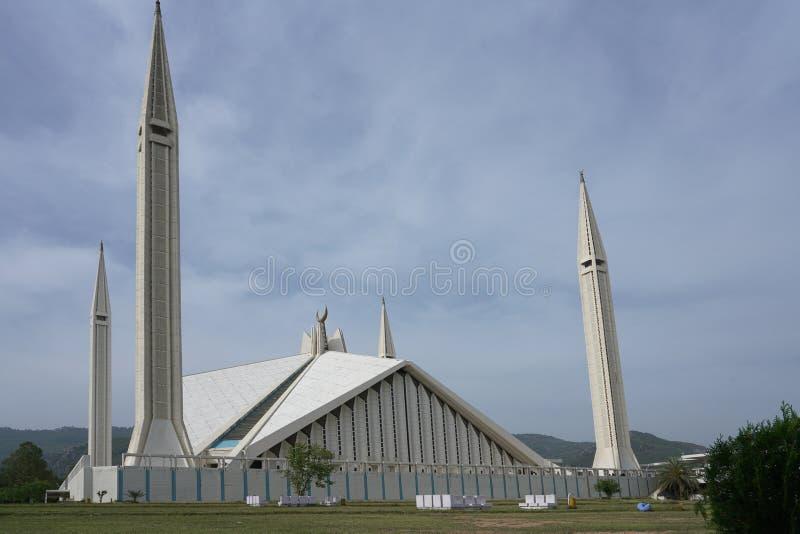Islamabad, Paquistão - 15 de abril de 2018: Paquistanês que descansa em torno de Faisal Mosque sob o céu azul em Islamabad fotografia de stock royalty free