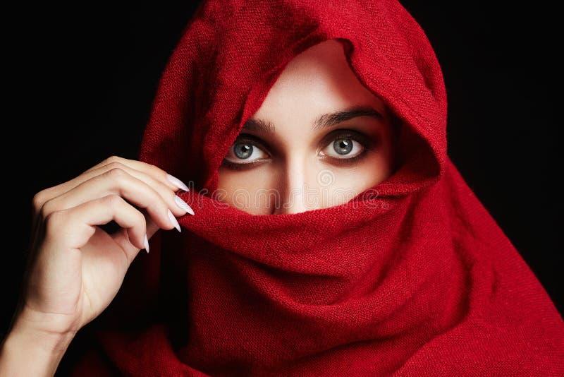 Islamische Artfrau der Mode im Rot lizenzfreies stockbild