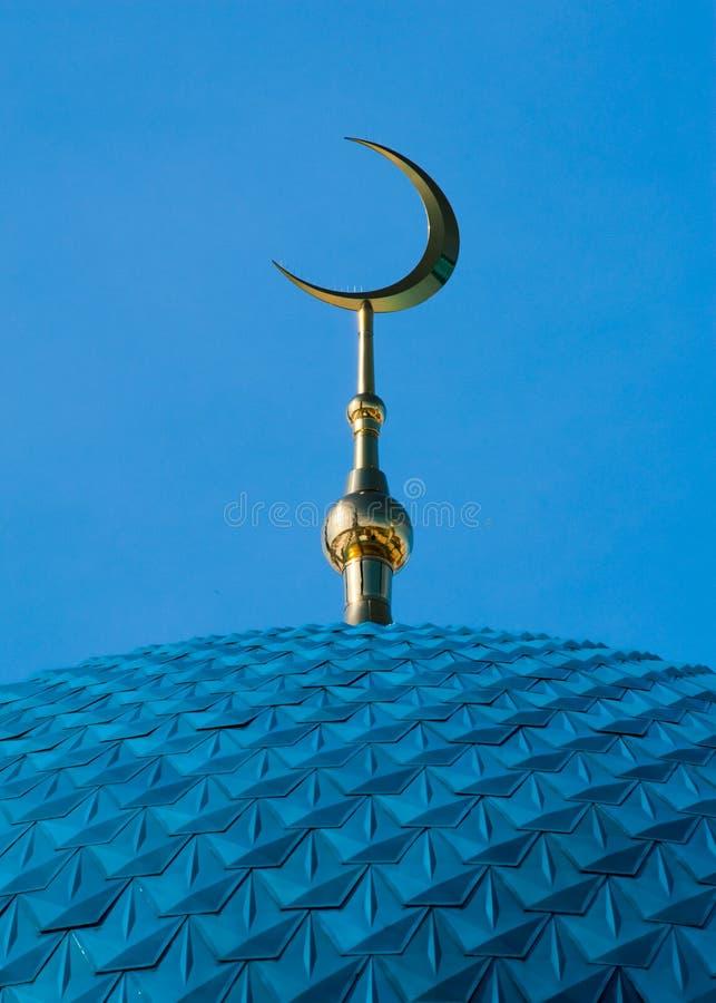 Islamischer Halbmond auf Moschee lizenzfreie stockfotografie