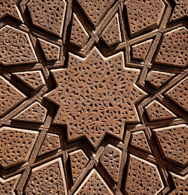 Islamisches hölzernes sternförmiges Design geschnitzt auf Brown-Holz lizenzfreie stockbilder