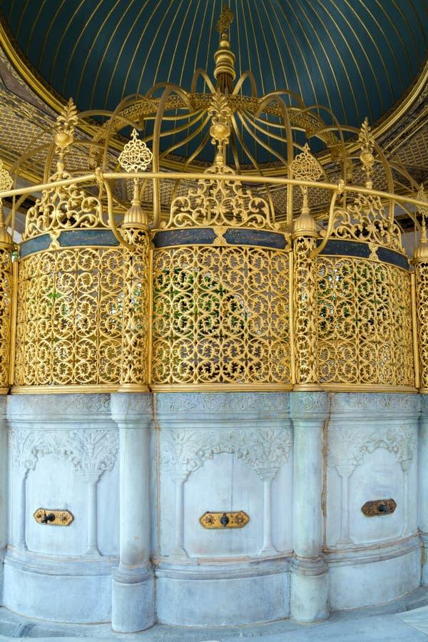 Islamisches Waschbecken mit dem Koran stockbilder