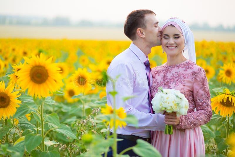 Islamisk gifta sig ceremoni i fält binder crystal smycken för parcravaten bröllop Muslimsk förbindelse arkivbilder