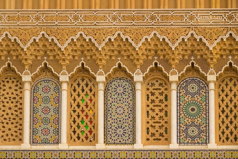 Islamisk kalligrafi och färgrika geometriska modeller en Marocko arkivbilder