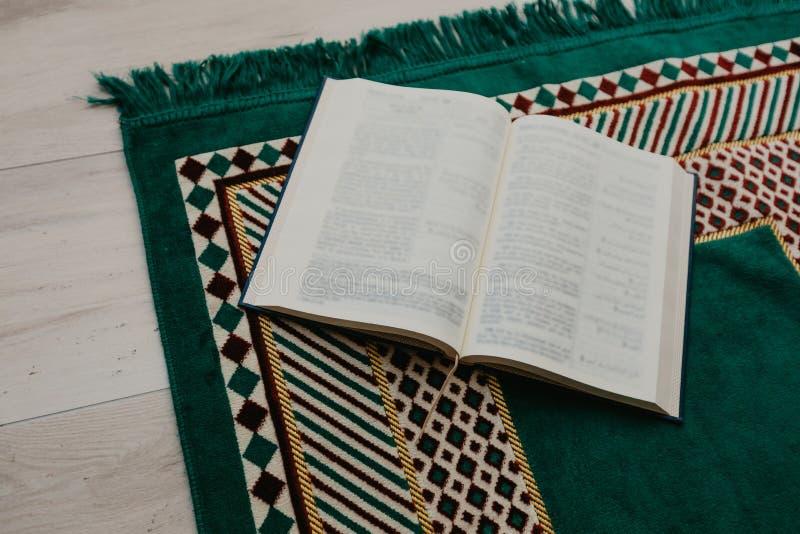 Islamiskt begrepp - den heliga quranen på be som är matt - bild royaltyfri fotografi