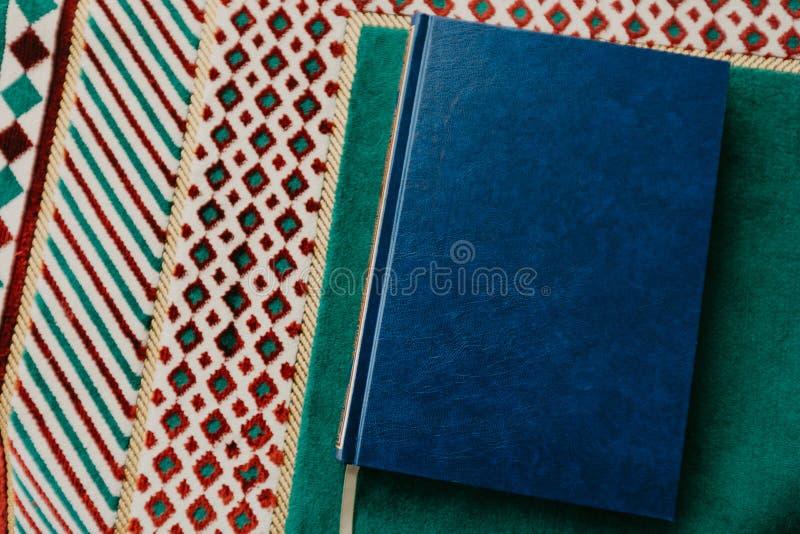 Islamiskt begrepp - den heliga quranen på be som är matt - bild royaltyfria foton