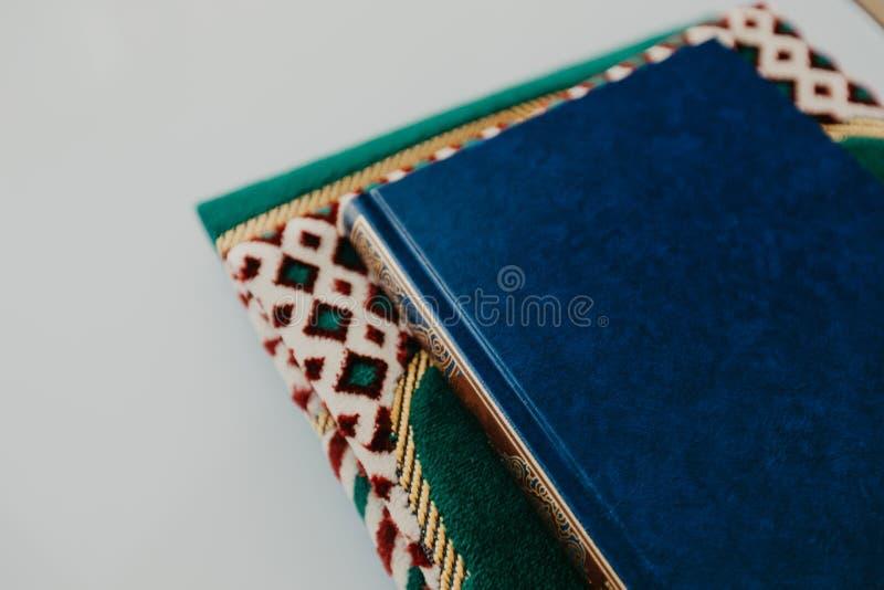 Islamiskt begrepp - den heliga quranen på be som är matt - bild royaltyfri bild