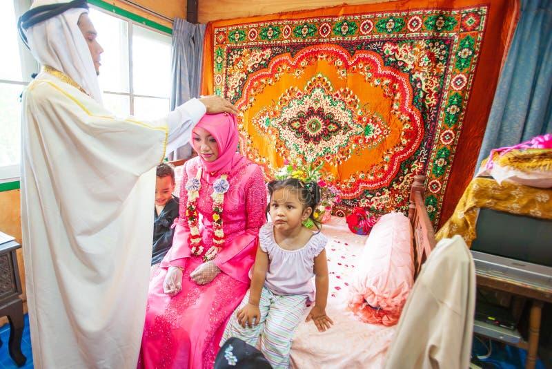 Islamiskt bröllop, brudgum ber för brud Pojke och flicka, symbol av f royaltyfri bild