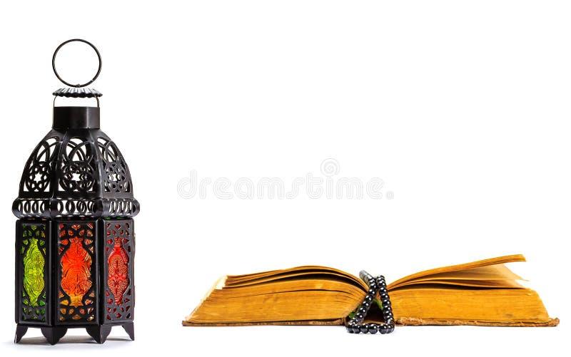 Islamitisch Heilig Boek Quran met rozentuinparels onder zacht licht op Witte Achtergrond met een glanzende lantaarn Fanus Ramadan stock foto