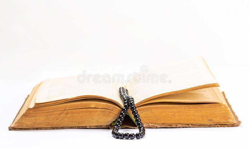 Islamitisch Heilig Boek Quran met rozentuinparels onder zacht licht op Witte Achtergrond Ramadanconcept Drie maanden royalty-vrije stock foto's