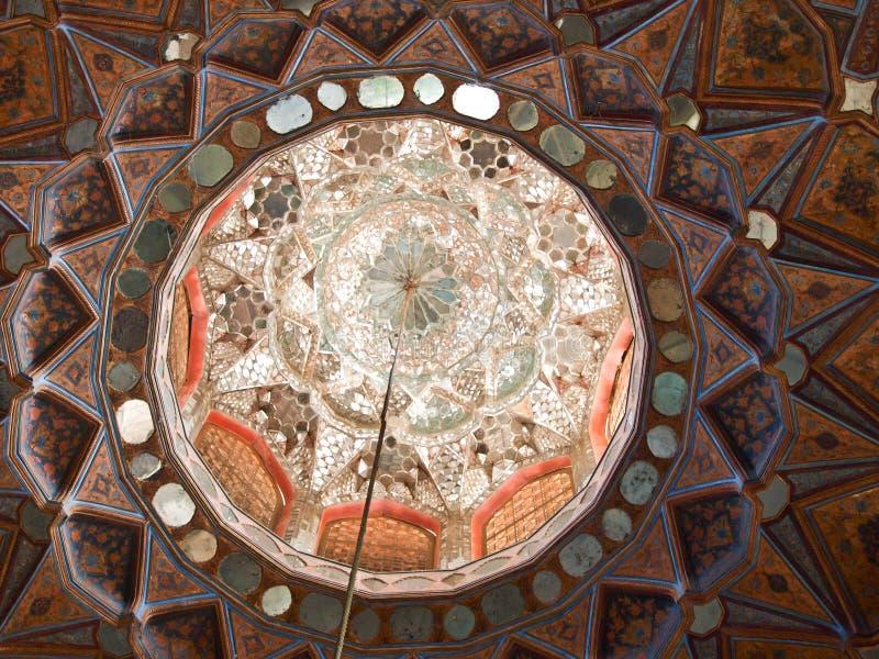Islamitisch patroon op hout en spiegelplafonddecoratie in Chehel royalty-vrije stock fotografie