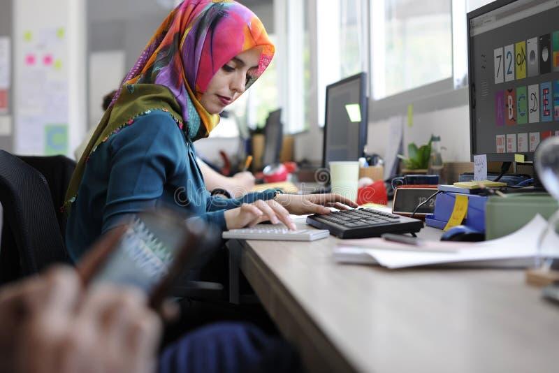 Islamitisch vrouw het werk creatief ontwerp royalty-vrije stock afbeelding