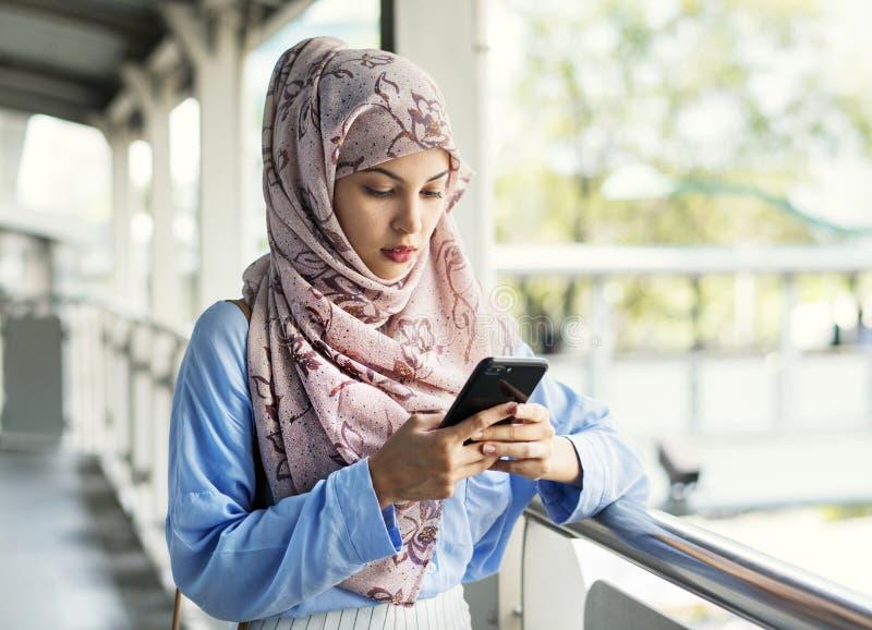 Islamitisch vrouwen texting overseinen op de telefoon stock afbeeldingen