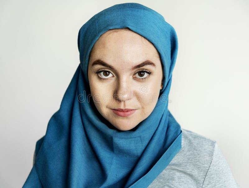 Islamitisch vrouwenportret die camera bekijken stock afbeeldingen