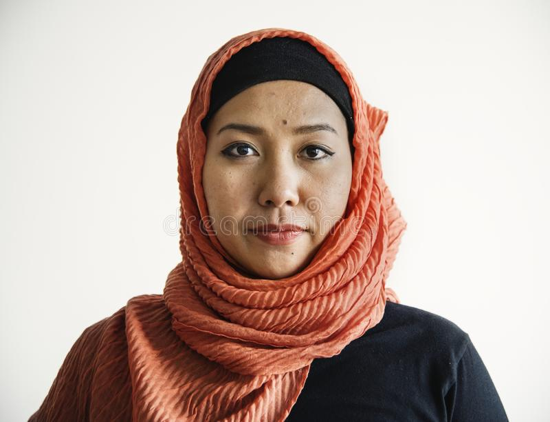 Islamitisch vrouwenportret die camera bekijken royalty-vrije stock foto's