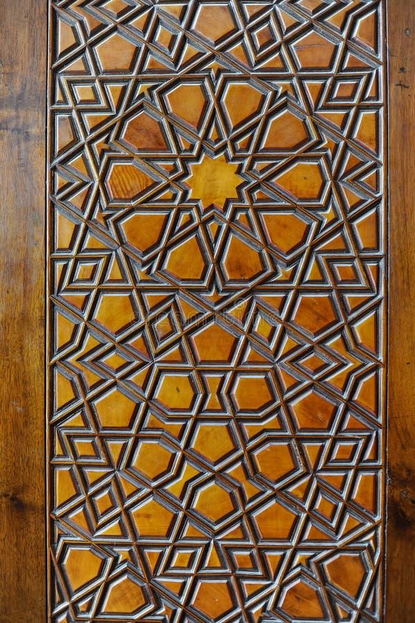Islamitische gravures op houten oppervlakte stock fotografie