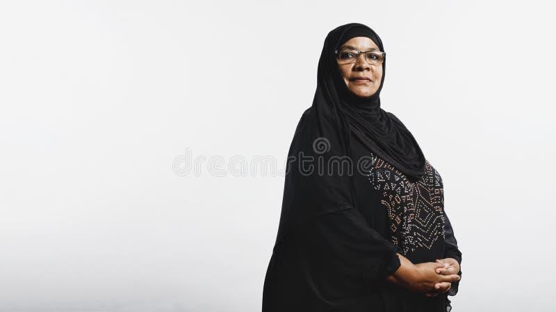 Islamitische vrouw in hijab stock afbeeldingen