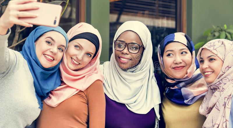 Islamitische vrouwenvrienden die selfie samen nemen royalty-vrije stock foto's