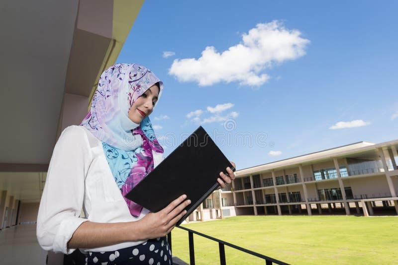 Islamkvinnan läste en bok arkivfoto