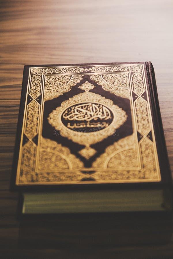 Islamska święta księga koranu pokrywa zdjęcie stock