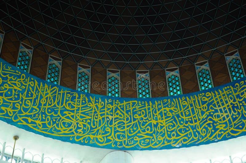 Islamska kaligrafia i wzór przy sułtanu Salahuddin Abdul Aziz Shah meczetem zdjęcie royalty free