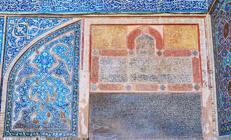 Islamska kaligrafia na Jameh meczetu ścianie, Isfahan, Iran zdjęcie royalty free