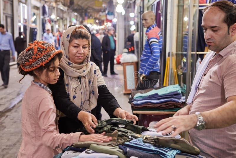 Islamska republika Iran, irańska rodzina na Teheran Uroczystym bazarze zdjęcie royalty free