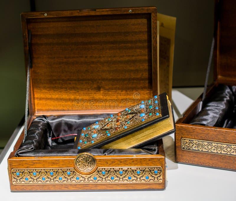 Islamski święta księga koran z dekoracyjną pokrywą zdjęcie royalty free