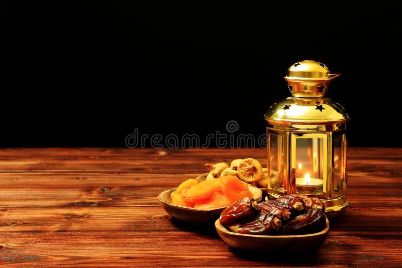 Islamski festiwal Ramadan poj?cie Wyśmienicie tropikalne daty, wysuszone figi, wysuszone morele na bambusowych talerzach, różanów obraz royalty free