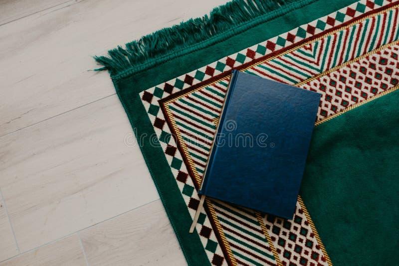 Islamski pojęcie wizerunek - święty koran na modleniu matt - fotografia stock