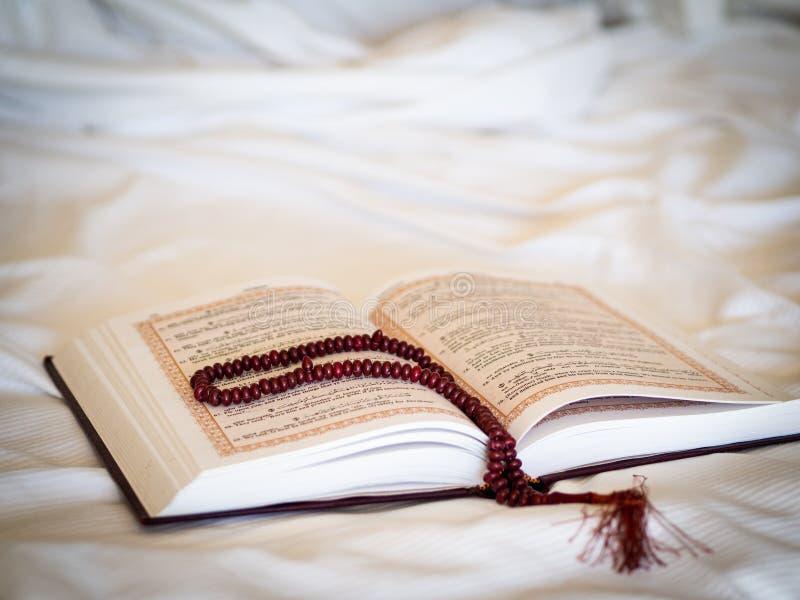 Islamski poj?cie Otwierał świętą koran książkę z różanem na białym tle Modlitwa przy Hijri nowym rokiem, Sierpień 30 zdjęcie royalty free