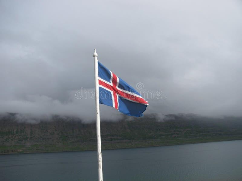 Island, auf der Straße, Felsen, isländische Flagge, Berge, Felsen stockbilder