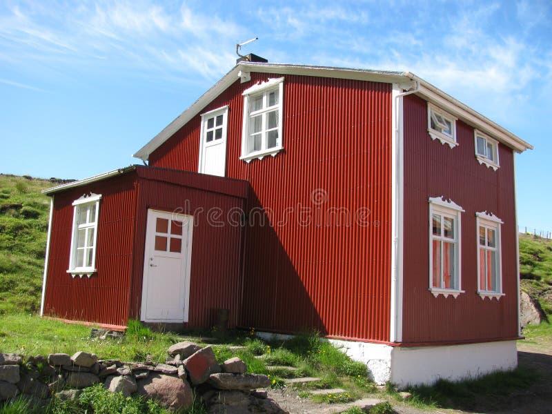 Island, auf der Straße, Steine, rotes Haus, grünes Gras stockbild