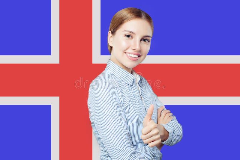 Island begrepp med den lyckliga kvinnan mot den isländska flaggan royaltyfria foton