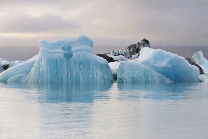 Island: Eisberge im Gletschersee lizenzfreie stockbilder
