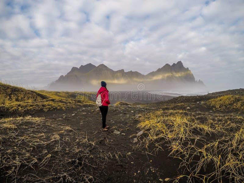 Island - flicka och bergen royaltyfri fotografi