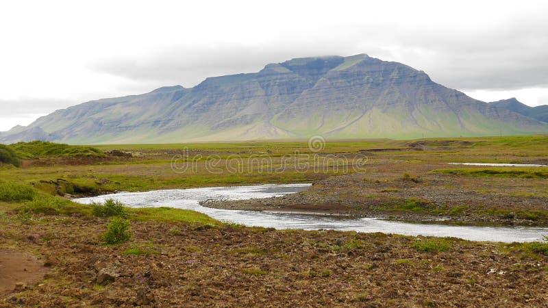 Island flod och berg royaltyfri bild