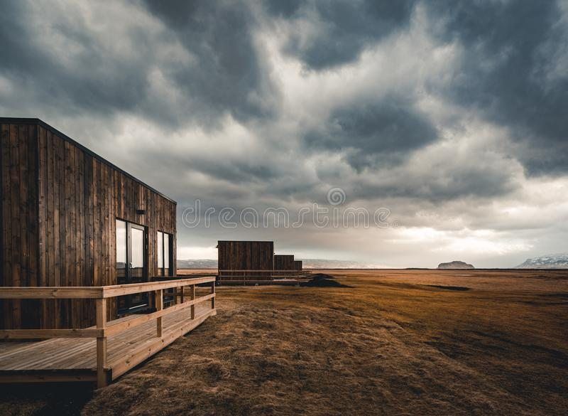 Island, im Mai 2018: Ansicht in Richtung zu den neuen errichteten Kabinen und Bungalows, die Unterkunft für Touristen sind Diese  stockfotos