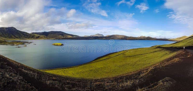 Island-Landschaft - Seen, Berge und vulkanischer Boden stockfoto