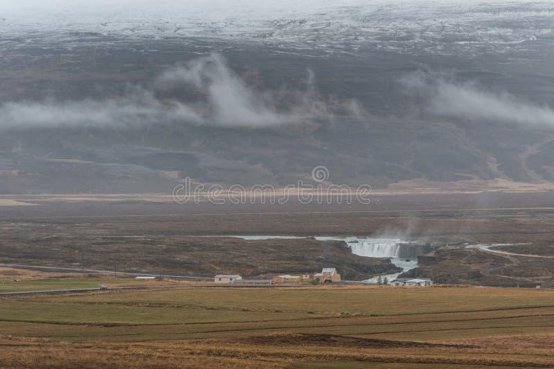 Island-Landschaft und Godafoss-Wasserfall im Hintergrund stockfotografie