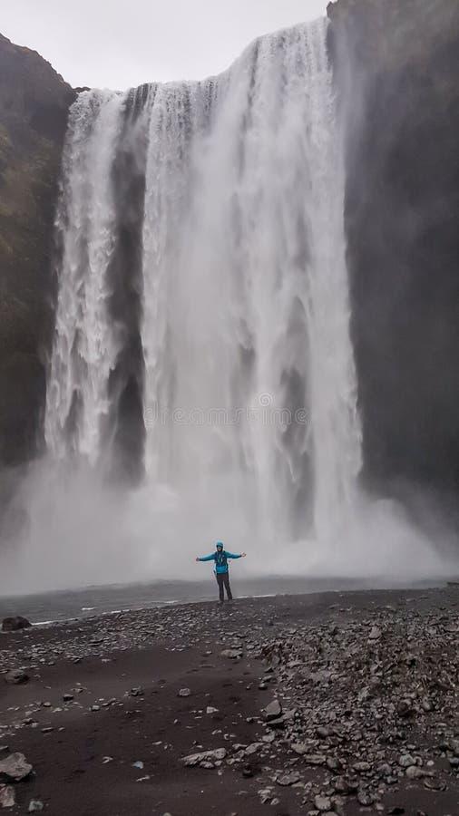 Island - man- och Skogafoss vattenfall arkivfoton