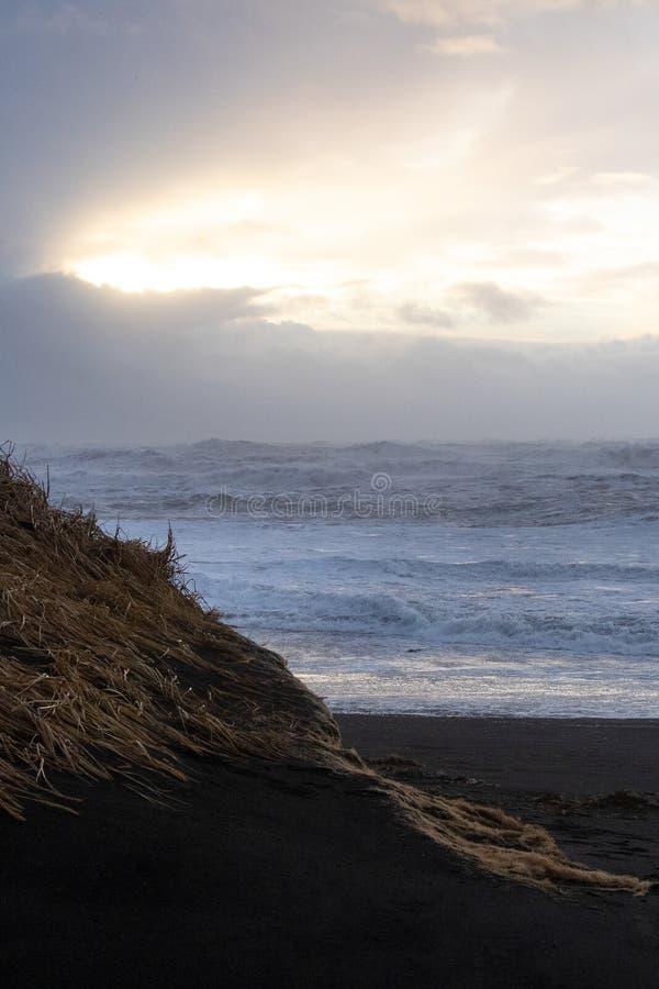 Island-Meerblick mit einem schwermütigen Himmel stockfoto