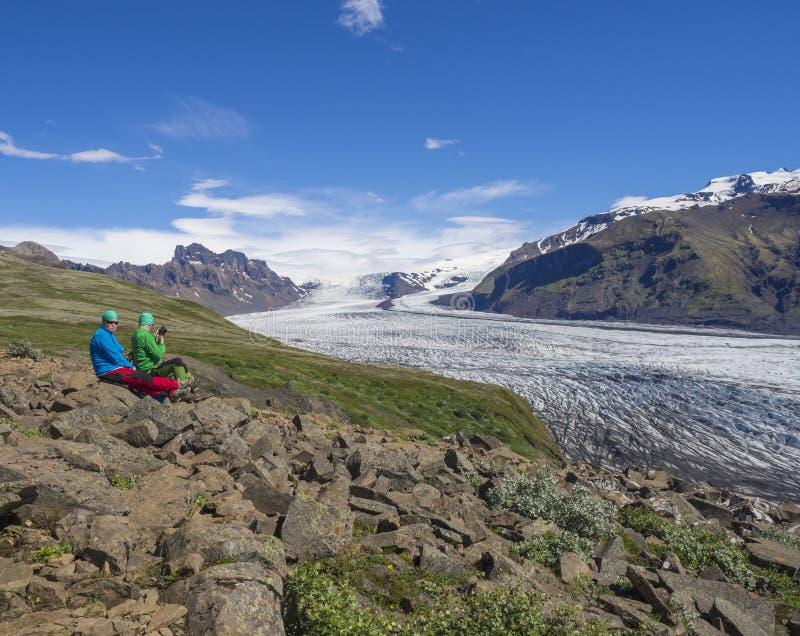 Island, Nationalpark Skaftafell, am 5. Juli 2018: touristische Paare lizenzfreies stockbild