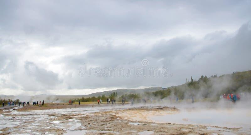Island - September, 2014 - Strokkur geysirbubbla som är klar att blåsa, den Strokkur geyseren som får utbrott på Haukadalur det g arkivfoton