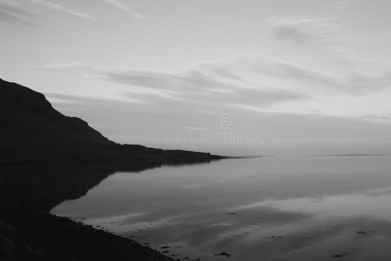 Island-Sonnenuntergang-Ansichten mit Bergen und Reflexionen lizenzfreies stockbild