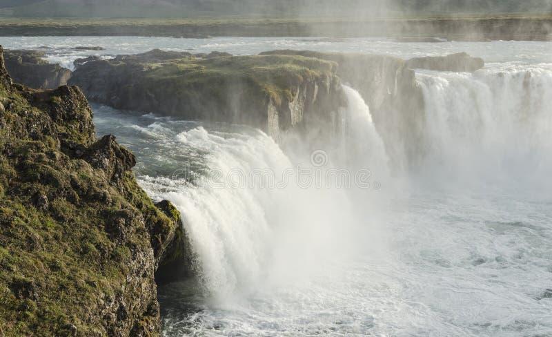 Island vattenfall i sommar arkivbild