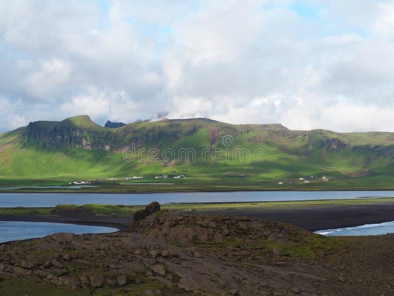 ISLAND, VIK, AM 23. JULI 2016: Ansicht über Dorf vik und Seebucht und lizenzfreie stockbilder