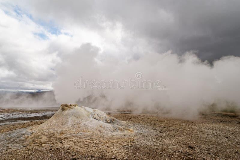 Island - vulkanische Landschaft - geothermischer Bereich mit Dampfaustritt lizenzfreies stockfoto