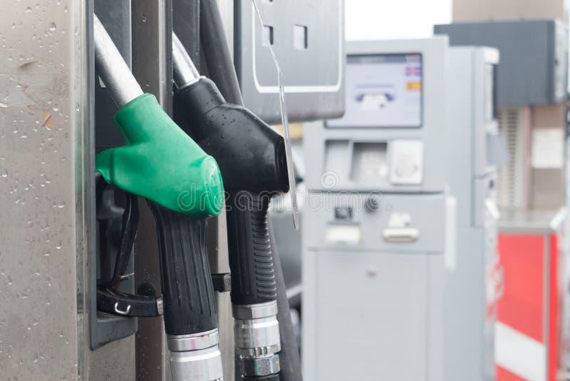 Islanda pompando benzina al distributore di benzina nel veicolo mano che usa un ugello di carburante in una stazione di servizio  immagine stock