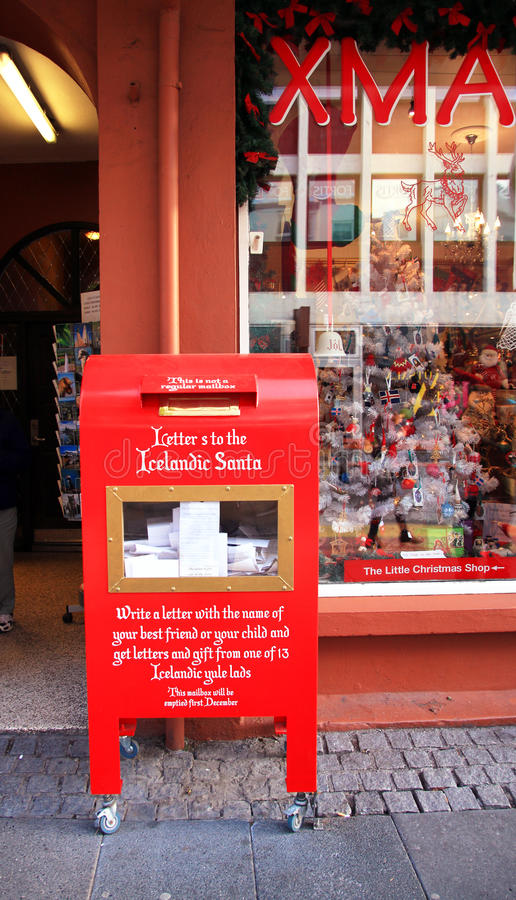 Islandia - agosto de 2015: Un buzón de correos o un buzón rojo a Santa Claus con las letras en él foto de archivo libre de regalías