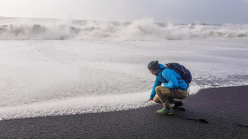 Islandia - hombre joven que juega con las ondas fotos de archivo libres de regalías